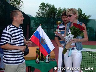 Президент Русского Дома Игорь Мезенцев награждает победителей турнира кубками